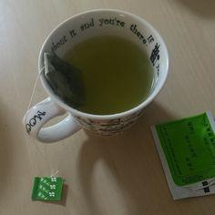 """Сколько воспоминаний связано с этими зелеными пакетиками! Уже много лет покупаю их - даже сейчас зная что правильный и лучший японский чай другой и готовится иначе. Но все равно случается лень возиться с заварником - и выручает простой пакетированный сэнтя. Этот итоэновский """"Оой о-тя"""" (примерно переводится """"а вот и чай"""" или #чайготов!) подкупает своей упаковкой - с виду похожей на многие другие если не знать что каждая его кружка обязательно одарит ностальгичными нотками и чувствами отлитыми…"""