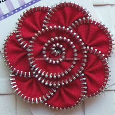 Boutique Red Zipper Flower Hair Clippie by Balasadesigns on Etsy Felt Crafts, Fabric Crafts, Sewing Crafts, Sewing Projects, Zipper Jewelry, Fabric Jewelry, Zipper Bracelet, Bullet Jewelry, Jewelry Necklaces