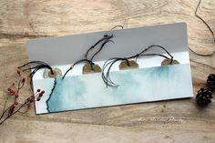 der kleine klecks: Wohin mit all den Anhängern?? Eine Verpackungsidee. Self made button string envelope for gift tags. Genähter Umschlag für Geschenkanhänger. Fedrigoni Aquarell petrol - Charlie und Paulchen,  Fedrigoni Aquarell Winterdorf - Charlie und Paulchen,  Stempelset Mini-Weihnachtsgrüße - Charlie und Paulchen,  Bazzill Cardstock Kraft,  Holzknöpfe und schwarzes Garn