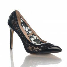Pantofi Dania - Negru Pantofii Dania de culoare neagra sunt foarte cocheti si practici, avand un model din dantela transparenta care permite picioarelor sa respire. Puteti purta acesti pantofi la o tinuta eleganta, dar ii puteti asorta cu succes si la un outfit casual. Acesti pantofi au un toc cui de numai 10 cm.