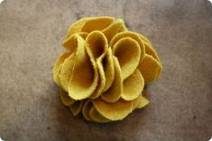 I recently discovered the website Jones Design Company and it's fantastic! I'm especially in love with her DIY tutorials and I wanted to sh. Fabric Flower Pins, Making Fabric Flowers, Felt Flowers, Flower Making, Diy Flowers, Flower Diy, Felt Diy, Felt Crafts, Fabric Crafts