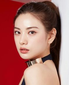 Im Jin-ah / Nana color portrait against red background polished gold collar Cute Asian Girls, Beautiful Asian Girls, Most Beautiful Faces, Beautiful People, Korean Beauty, Asian Beauty, Skin Makeup, Beauty Makeup, Beauty Dupes