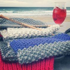 Mejor imposible!!! #knit #knitting #knittingisthenewyoga #instaknit #wool #yarn #lana #tejer #tejermola #tejemosysomosmodernos #handmade #handknitted #puntosocialclub #punto #yesweknit #diy #weareknitters #scarf #bufanda #beach #playa