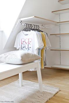 Auch an der Dachschräge ist eine Kleiderstange für leichte Sachen angebracht.