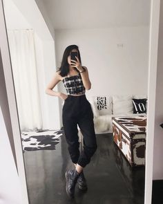 30 street style grunge looks to wear right now 24 Edgy Outfits, Grunge Outfits, Grunge Fashion, Fall Outfits, Cute Outfits, Mode Grunge, Style Grunge, Grunge Look, Edgy Style