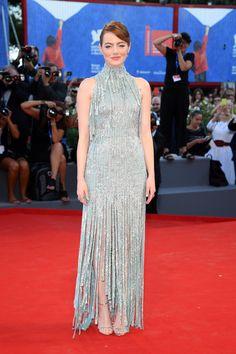 Emma Stone en robe Atelier Versace de la collection automne-hiver 2016-2017…