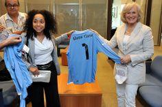 La embajadora de Estados Unidos, Julissa Reynoso y la actriz estadounidense Glenn Close recibieron de obsequio la camiseta oficial de la Selección Uruguaya de Fútbol durante su visita a la Torre Ejecutiva, en Montevideo.
