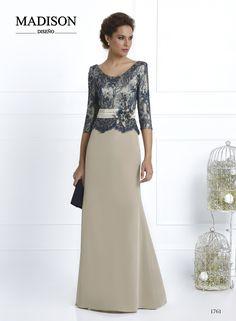 #Vestido de fiesta largo confeccionado en crepe arena, falda lisa con cola, cuerpo con amplio escote en tul bordado de pedrería, a contraste en tono azul marino, cinturón a tablas y flor artesanal con contrastes. #madrinas #moda #fashion #wedding #dresses