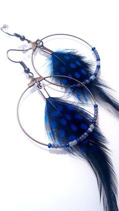 Boucles d'oreilles créoles perles et plumes bleu-noir