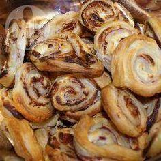 Blätterteigschnecken gefüllt mit Paprika, Salami und Käse, ein TRAUM! Leckeres Fingerfood, das man perekt vorbereiten oder auch vorher einfrieren kann. Fingerfood Ideen@ de.allrecipes.com