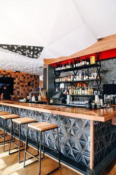 barra de bar taburete geometría botellas restaurante japonés moderno diseño