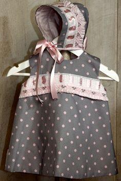Vestido de bebé niña en piqué de canutillo gris con pasacintas ancho y adornos en rosa (pasa cintas ancho y volante)
