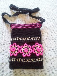 Bolsa Negra y Rosa Crochet con Anillas de Lata y por LaBufandaLLC