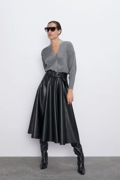 CHAQUETA CANALÉ BOTONES Modest Fashion, Fashion Outfits, Womens Fashion, Petite Fashion, Curvy Fashion, Long Leather Skirt, Leather Midi Dress, Black Leather Dresses, Leather Skirts