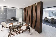 Proyecto de diseño y construcción realizado por AEI Arquitectura e Interiores en Bogotá. Firma abogados Holland & Knight Interior Room, Interior Design Work, Reception Desk Design, Dining Room Design, Law Office Design, Partition Design, Divider Screen, Office Lobby, Wall Design