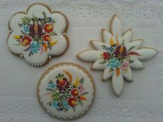 these are COOKIES! Looks like they need to an appliqued quilt block. Iced Cookies, Royal Icing Cookies, Hungarian Cake, New Things To Try, Holiday Day, Honey Cake, Food Decoration, Stencil Diy, Cookie Designs