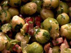 Spruitjes met kastanjes •1 kg Brusselse spruitjes •250 g kastanjes klaar voor gebruik •250 g gerookte pancetta (Italiaans spek), waarvan je de zwoerd gebruikt om de pan te oliën •60 ml marsala wijn •een bosje peterselie fijngehakt •versgemalen zwarte peper