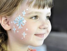 With this great Elsa Make Up your child will stand out at the carnival party!-Mit diesem tollen Elsa Make Up sticht Ihr Kind am Faschingsfest hervor! Make up Elsa – Great ideas and simple instructions for face painting like ice queen - Elsa Face Painting, Painting For Kids, Body Painting, Maquillage Halloween, Halloween Makeup, Frozen Face Paint, Painting Snowflakes, Christmas Face Painting, The Face
