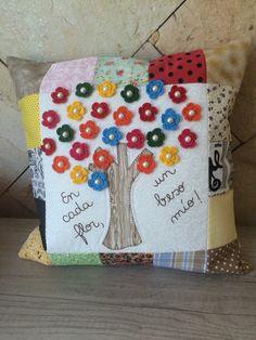 Almofada em patchwork, patchapliquê, crochê e bordado.