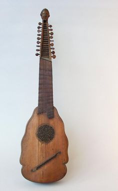 """PANDORA Pandura (del antiguo griego πανδουρίς, que significa """"Pandoura"""" o """"Pandora"""") es un antiguo instrumento de cuerda oriental similar al laúd. Originalmente tenía según la cultura dos o tres cuerdas. Los conocimientos de la pandura se deben al sabio árabe Farabi, quien alrededor del siglo X mencionó que existieron dos tipos de pandura: el tanbur de Jorasán (el tipo persa) y el tanbur de Bagdad (el tipo asirio); aunque en realidad hay tres, los cuales son el Tanbur (usado desde Asia…"""