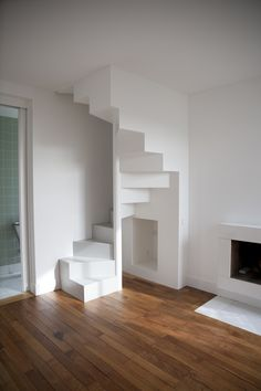 escalier à installer entre le garage et le studio. Small Staircase, Loft Staircase, Tiny House Stairs, Attic Stairs, Home Stairs Design, Interior Stairs, Loft Room, Home Upgrades, Small House Design