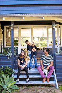 Check out One Teaspoon fashion designer Jamie Blakey's white and charcoal beachside home decorated with rock 'n' roll motifs and rustic wares. Cafe Exterior, Restaurant Exterior, Stone Exterior, Bungalow Exterior, Cottage Exterior, Modern Exterior, Exterior Paint, Family Posing, Family Photos