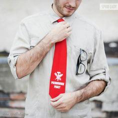 """Czerwony krawat z białym nadrukiem """"Przodownik Pracy"""". Do noszenia w biurze i na imprezę w stylu PRL :)"""
