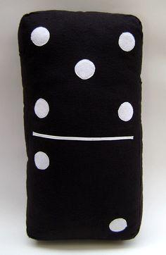 Para quem não dispensa uma partida de dominó, porque não decorar o ambiente com está linda almofada?  Confeccionada em feltro de alta qualidade Enchimento: 100% Poliéster super macio Tamanho: 26x10x50 R$ 39,90