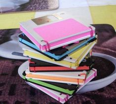 DIY: notebook from old floppy disks. Floppy Disks WOW I'm old! Easy Diy Christmas Gifts, Christmas Gift For You, Homemade Christmas, Holiday Gifts, Notebook Diy, Diy Gifts, Handmade Gifts, Diy Back To School, Floppy Disk