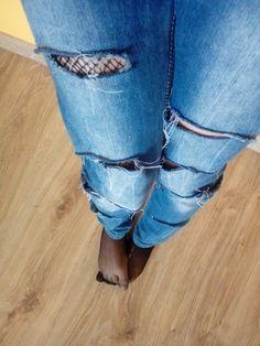 #spodnie #moda #dziury  Własne spodnie? Kup zwykłe spodnie! Zrób w nich dziury i postrzęp... Gotowe! Możesz nałożyć jeszcze pod spód kabaretki ;)