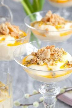 Citronmousse med lemoncurd, passionsfrukt och havreflarn Candy Recipes, Raw Food Recipes, Dessert Recipes, Mousse, Yummy Drinks, Delicious Desserts, Desserts In A Glass, New Years Eve Food, Scones