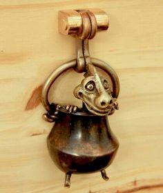 Heurtoir de porte : http://www.bronzes-du-griffon.com/menuiseries_m.html