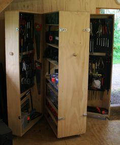 Zelf gemaakte gereedschapskast. De rekken kunnen naar believen gevuld en ingedeeld worden. Er kan heerlijk veel in opgeborgen worden.