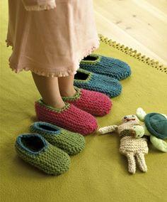 De helt enkle sutsko er retstrikkede i tykt uldgarn. Opskriften er fra helt nyt håndarbejdsmagasin Knitting For Kids, Baby Knitting Patterns, Knitting Socks, Knitting Projects, Crochet Motif, Knit Crochet, Diy And Crafts, Arts And Crafts, Drops Design