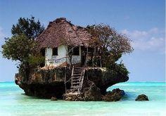 Ravintola kalliolla itäisessä Zanzibarissa. Vuorovedestä riippuen ravintolaan pääsee joko kävellen, tai veneellä.