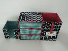 Organizador de Mesa em cartonagem, confeccionado com papelão rígido e tecidos 100% algodão. Perfeito para escrivaninha, possui um porta trecos, um porta blocos de nota e um mini gaveteiro. Cada gaveta mede 13x11x4,5 cm.
