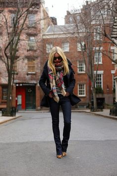 Not crazy about those shoes with this outfit, I'd do red pumps or boots. Like the oversized plaid scarf Looks Street Style, Looks Style, Style Me, City Style, Mode Chic, Mode Style, Fashion Moda, Look Fashion, Fashion Fall