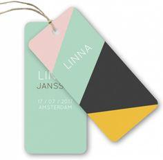 Helemaal de trend van nu, geboortelbels! Dit geboortekaartje Linna met gekleurde driehoeken kun je helemaal aanpassen naar wens met de designtool!