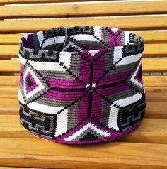 Wayuu mochila II. (Fortschritt) Tapestry Crochet Patterns, Crochet Stitches, Knit Crochet, Crochet Handbags, Crochet Purses, Mochila Crochet, Tapestry Bag, Boho Bags, Weaving Art