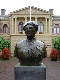"""""""Aletta H. Jacobs"""" (1987) - Theresia van der Pant. Oude Kijk in 't Jatstraat (Harmonieplein). Groningen. The Netherlands. Eerste vrouw die werd toegelaten op de universiteit."""