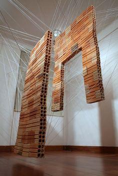 2013 Sem Título (Construções Suspensas: Porta e Janela) Linha de crochê e 111 tijolos   Galeria Mamute PORTO ALEGRE, RS. BRASIL  Fotos: Lucas SD