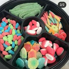 Candy Gift Box, Candy Party, Candy Gifts, Snack Platter, Party Food Platters, Cute Food, Yummy Food, Candy Sushi, Candy Bouquet Diy