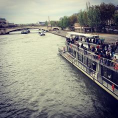 Rio Sena Paris França. #paris #france #europe #europa #eurotrip #turistando #tourist #turismo #ferias #viagem #viaje #viajar #trip #travel #followme #photooftheday #foto #picture #brasileirospelomundo #patriciaviaja #city #boat #iledelacite #sena