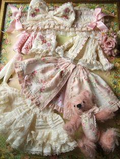 ♪プリティー地獄♪カスタムブライス№15出品♪ - プリティー地獄 Sewing Doll Clothes, Sewing Dolls, Girl Doll Clothes, Dolls House Shop, My Doll House, Doll Shoe Patterns, Linens And Lace, Doll Costume, Old Dolls