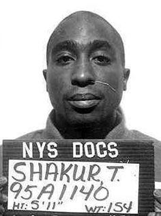"""En marzo de 1995, Tupac Shakur lanzó """"Me Against the World"""" desde la prisión de máxima seguridad de Dannemora, donde cumplía pena por abuso sexual. Se convirtió así en el primer músico en conseguir un número uno del Billboard en un recinto penitenciario ."""