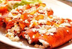Por Sonya Santos de Arredondo, Presidenta Ingredientes 12 tortillas 6 chiles guajillos desvenados y remojados en agua y vinagre 1 diente de ajo 500 grs de queso fresco o ranchero ½ cebolla Hojas d…