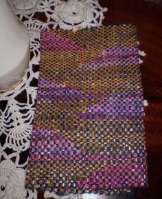 Hecho en bastidor con lana y tiras de bolsas de polietileno reutilizadas.