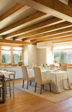 Una casa en los pirineos con techos abuhardillados, madera y mucha luz