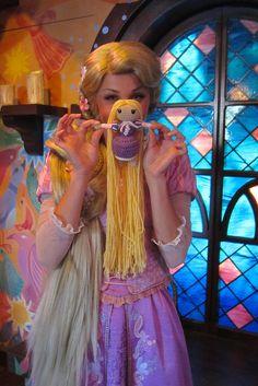 Rapunzel with Mini-Rapunzel! Disney Tangled, Disney Magic, Disney Pixar, Im A Princess, Princess Photo, Aladdin Musical, Rapunzel And Eugene, Disney Face Characters, Disney Pictures