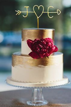 Available in many different colors, this customizable wire topper will give your cake a modernly rustic bent.